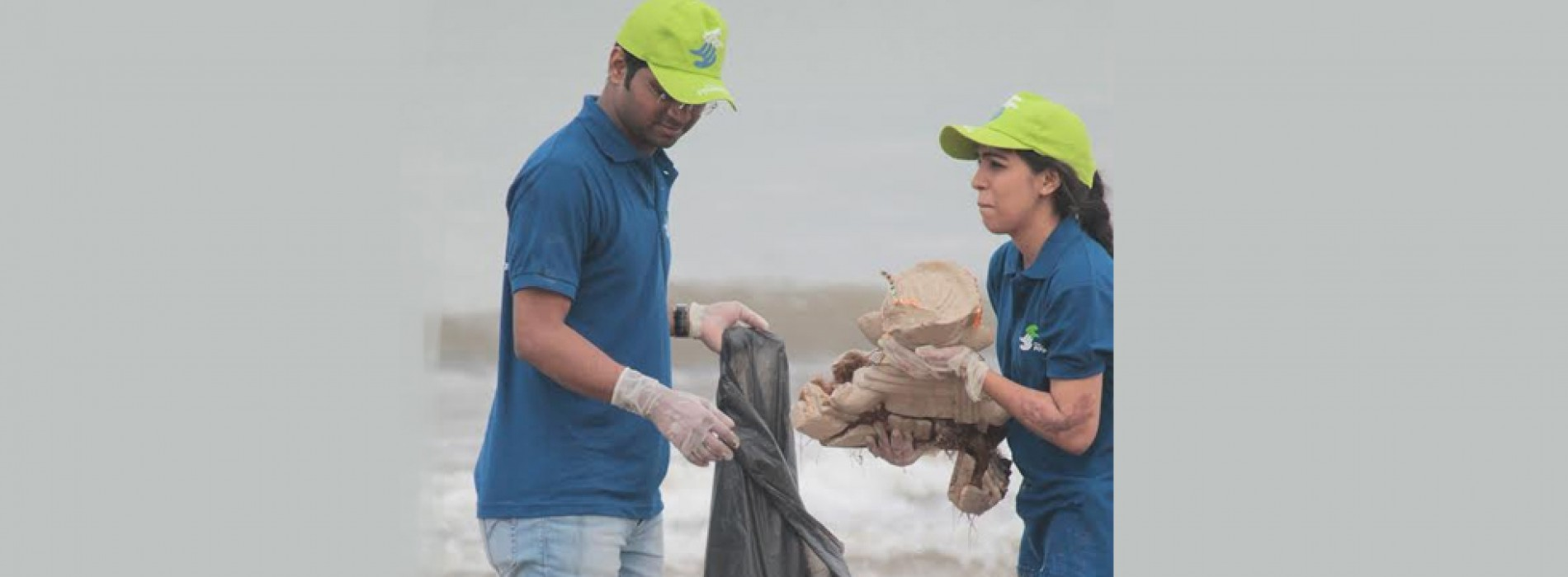 Cox and Kings organised Beach Cleaning Drive in Juhu